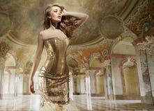 Art und Weisedame in einem stilvollen Innenraum Lizenzfreies Stockfoto