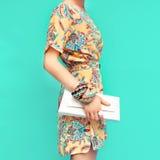Art- und Weisedame Strandart Kleidung für Ferien Kleid mit St. lizenzfreies stockbild