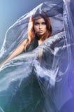 Art und Weiseeintragfaden einer jungen Frau in einem silk Kleid lizenzfreies stockbild