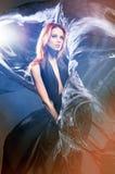 Art und Weiseeintragfaden einer jungen Frau in einem Zauberkleid lizenzfreies stockfoto
