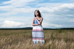 Art und Weisefoto der jungen schönen Frau Stockfotografie