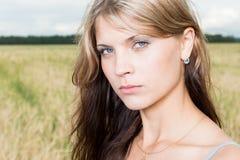 Art und Weisefoto der jungen schönen Frau Stockfoto