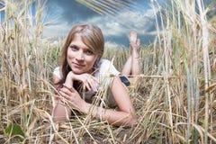 Art und Weisefoto der jungen schönen Frau lizenzfreie stockfotos