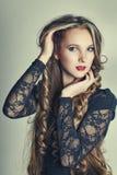 Art und Weisefoto der schönen Frau mit ausgezeichnetem Stockfotografie