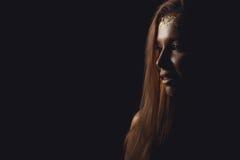 Art und Weisefoto einer schönen jungen Frau Schönheitsgoldporträt g stockbild