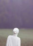 Art und Weisefoto Zaubermädchen in einem weißen Kleid im Wald mühelosigkeit Stockfotos