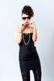 Art und Weisefrau im reizvollen schwarzen Kleid Lizenzfreie Stockfotografie