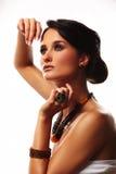 Art und Weisefrau mit Schmucksachen auf weißem Hintergrund Stockfoto