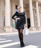 Art- und Weisefrauen im schwarzen Kleid Lizenzfreies Stockbild