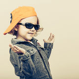 Art und Weisekind Glückliches Jungenmodell Stockfoto