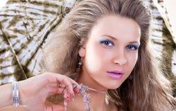 Art und Weisekunstfoto. Portrait der schönen Frau lizenzfreie stockfotos