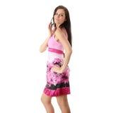 Art und Weisemädchen, das im rosafarbenen Kleid aufwirft Stockfotografie