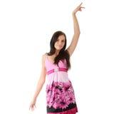 Art und Weisemädchen, das im rosafarbenen Kleid aufwirft Lizenzfreies Stockfoto