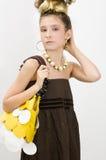 Art und Weisemädchen, das Juwelen und Handtasche zeigt stockfotos