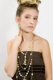 Art und Weisemädchen, das Juwelen zeigt Stockfotos
