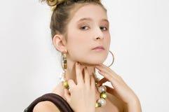 Art und Weisemädchen, das Juwelen zeigt Stockfotografie