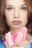 Art und Weisemädchen mit Tulpeportrait lizenzfreie stockfotos