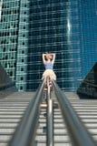 Art und Weisemädchen nahe Gebäude Stockfotografie