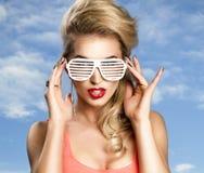 Art und Weiseportrait der hohen Art und Weise look blonde Frau des Zauberlebensstils Lizenzfreie Stockfotos
