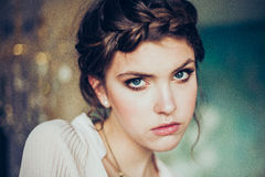 Art und Weiseportrait der jungen Frau stockfoto