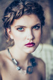Art und Weiseportrait der jungen Frau stockfotos