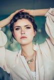 Art und Weiseportrait der jungen Frau lizenzfreie stockfotografie