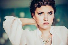 Art und Weiseportrait der jungen Frau stockfotografie