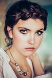 Art und Weiseportrait der jungen Frau lizenzfreies stockbild