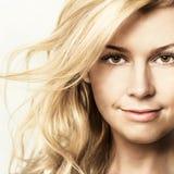 Art und Weiseportrait der jungen schönen Frau Stockfoto
