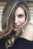 Art und Weiseportrait der jungen schönen Frau stockfotografie
