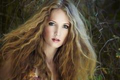 Art und Weiseportrait der jungen sinnlichen Frau Lizenzfreie Stockfotografie