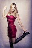 Art und Weiseportrait der reizvollen glücklichen Tanzenfrau Lizenzfreie Stockbilder