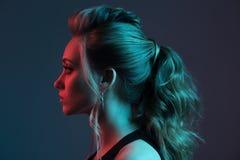 Art und Weiseportrait der schönen Frau frisur Blaues und rotes Li stockfotos