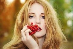 Art und Weiseportrait einer schönen jungen Frau Stockbild