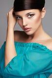 Art- und Weiseschönheits-Portrait Gesundes Haar Schönes Mädchen im blauen Kleid Stockfotos