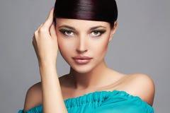 Art- und Weiseschönheits-Portrait Gesundes Haar Schönes Mädchen im blauen Kleid Stockfoto