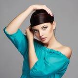 Art- und Weiseschönheits-Portrait Gesundes Haar Schönes Mädchen im blauen Kleid Lizenzfreie Stockbilder