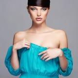 Art- und Weiseschönheits-Portrait Gesundes Haar Schönes Mädchen im blauen Kleid Stockbilder
