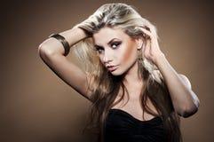 Art und Weisestudioportrait der jungen Frau Stockfotografie