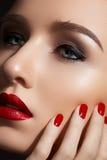 Art und Weiseverfassung und -maniküre. Reizvolle rote Lippen, Nägel stockfotografie