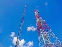 Art zwei der Telekommunikation ragt Antenne auf Hintergrund des blauen Himmels hoch lizenzfreie stockfotos