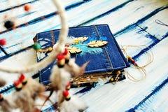 Artbook, Notizblock, Album und Federn Lizenzfreie Stockbilder
