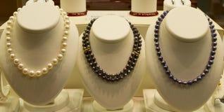 Artículos de la joyería en venta en ventana de la tienda Imágenes de archivo libres de regalías