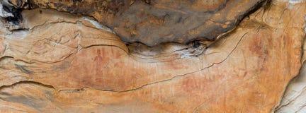 Arte aborígene: pintura humana em uma caverna, parque nacional dos grampians foto de stock royalty free