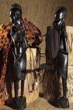 Arte africana e esculturas feitas da cinzeladura da madeira do ébano fotos de stock