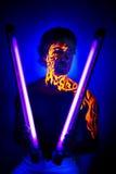 Arte al neon del fronte del ritratto uv coraggioso dell'uomo, energia luminosa del fuoco Fotografia Stock