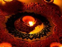 Arte bonita do rangoli com a lâmpada do diya na fetival-Índia do diwali imagens de stock