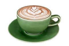 Arte calda del latte del cappuccino del caffè in tazza di colore della giada isolata su fondo bianco, percorso di ritaglio fotografia stock libera da diritti