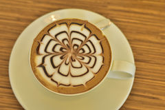 Arte calda del latte del caffè sulla tavola di legno Percorso di ritaglio incluso Immagine Stock