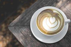 Arte calda del latte del tè verde sulla tavola di legno Fotografie Stock Libere da Diritti